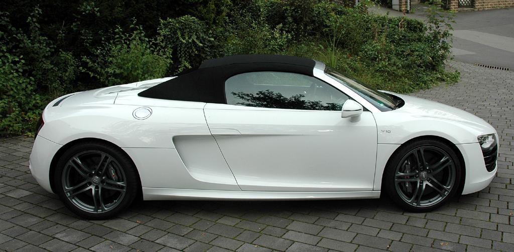 Audi R8 Spyder: Und so sieht die offene Variante mit geschlossem Verdeck von der Seite aus.