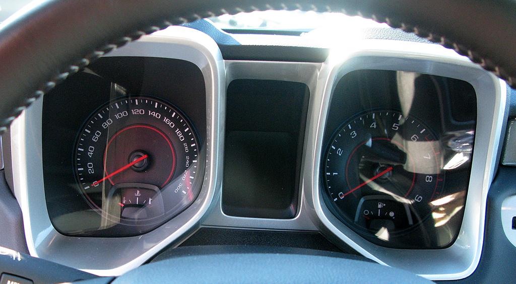 Chevrolet Camaro: Blick durch den Lenkradkranz auf die Instrumentierung.
