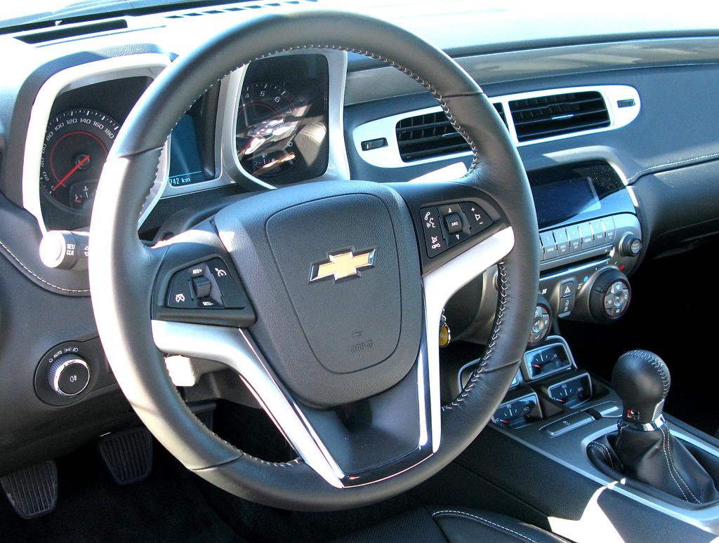 Chevrolet Camaro: Blick in Cockpit mit Reminiszenzen an Vorgängermodelle.