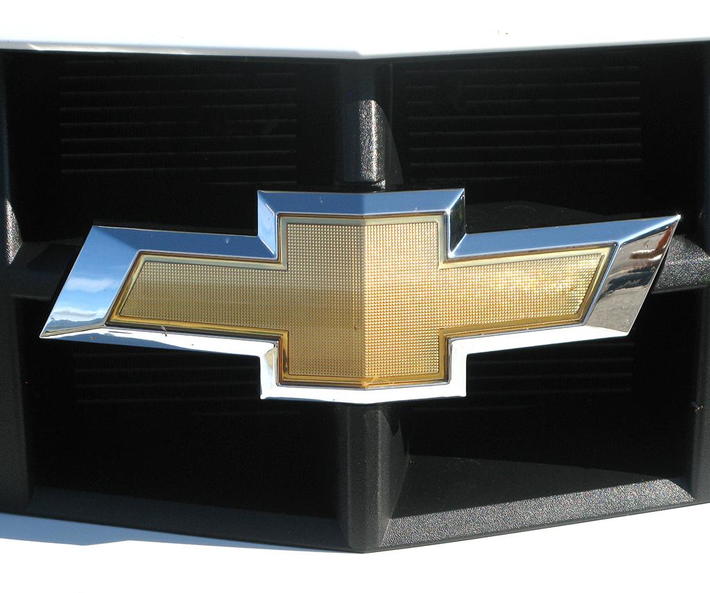 Chevrolet Camaro: Das Markenlogo sitzt vorn mittig in der schmalen Kühlergrillleiste.