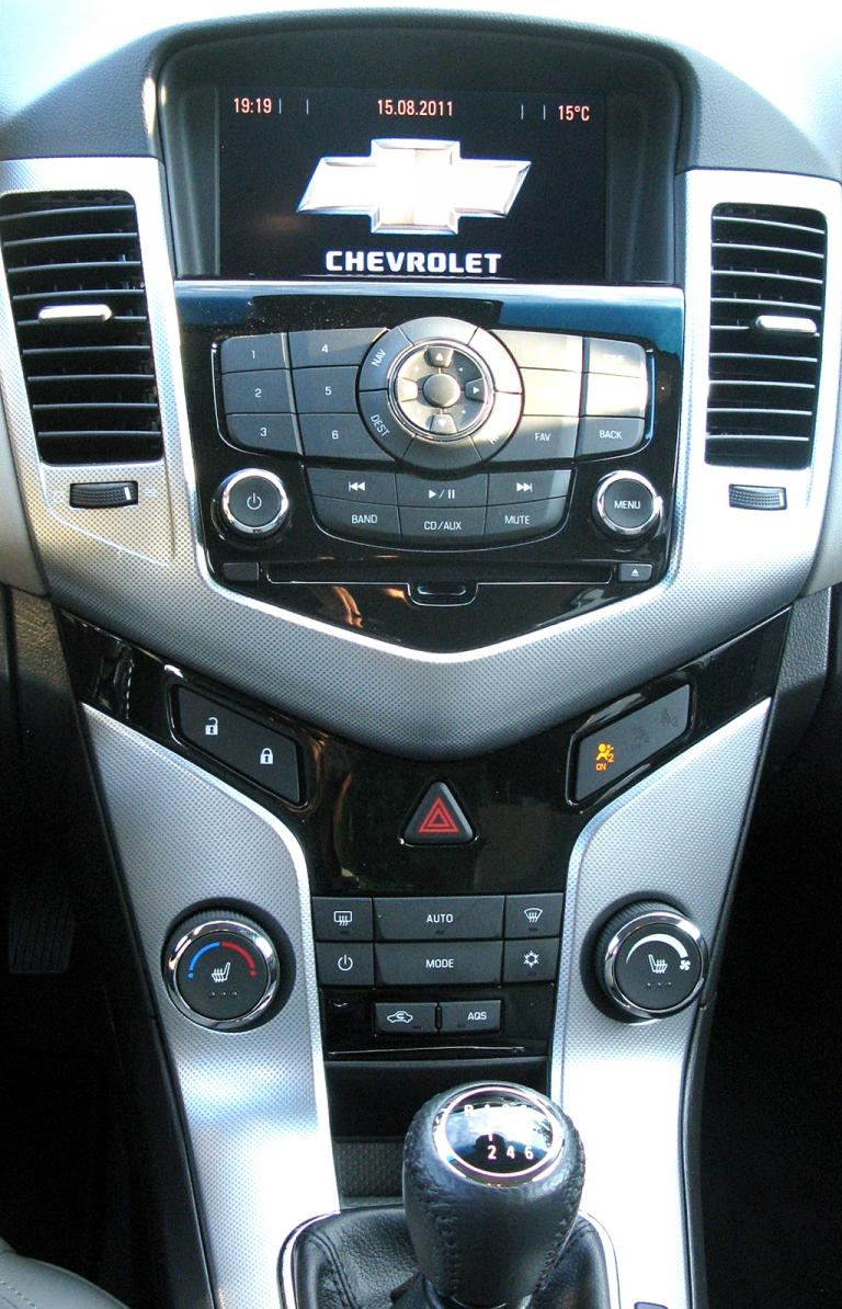 Chevrolet Cruze: Blick auf den mittleren Armaturenträger.