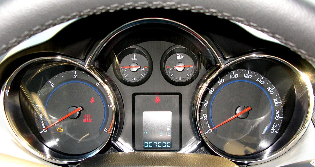 Chevrolet Cruze: Blick durch den Lenkradkranz auf die Rundinstrumentierung.