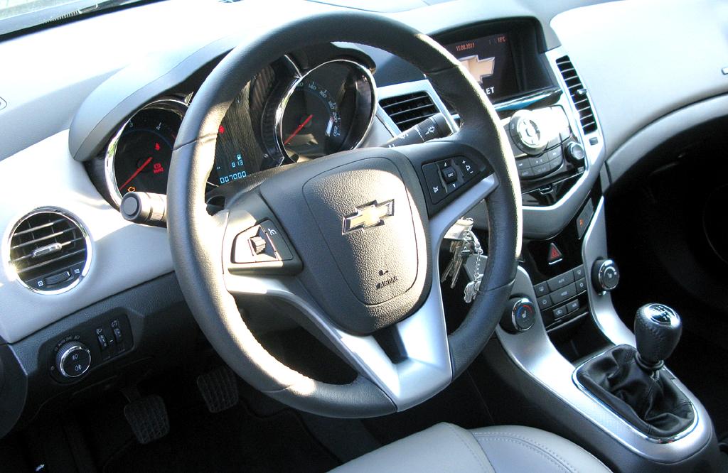 Chevrolet Cruze: Blick ins recht übersichtlich gestaltete Cockpit.