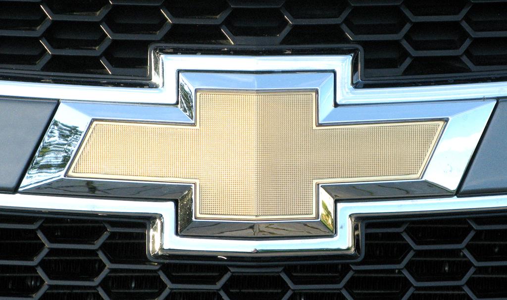 Chevrolet Cruze: Das Markenlogo sitzt vorn in einer Spange im oberen Kühlergrill-Teil.