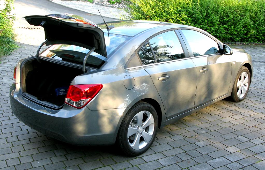 Chevrolet Cruze: Ins Gepäckabteil passen mindestens 450 Liter hinein.