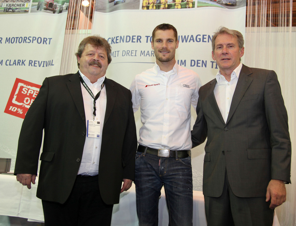 DTM-Gewinner Martin Tomczyk mit Georg Seiler (links) und Wolfgang Huter (rechts) auf dem Stand der Hockenheimring GmbH.