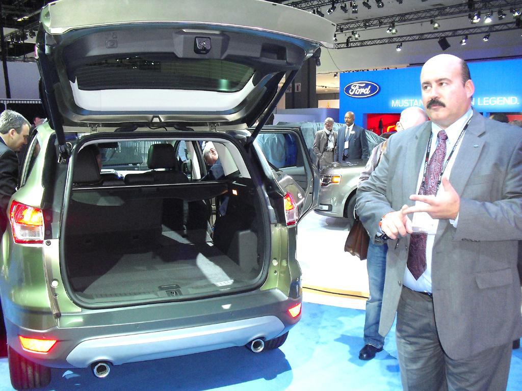 Der Kofferraum ist größer geworden, erläutert Chefingenieur Eric Loeffler rechts.