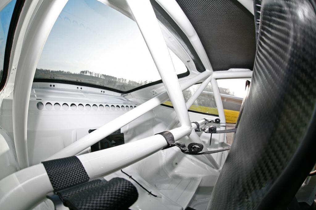 Der Porsche ist ein Zweisitzer, die Notsitze sind durch den Käfig belegt