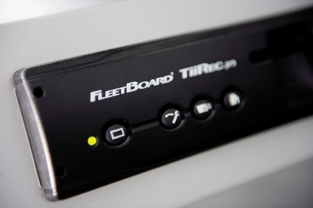 Der kleine Fleetboard-Rechner beansprucht im Cockpit nur einen leeren DIN-Schacht.