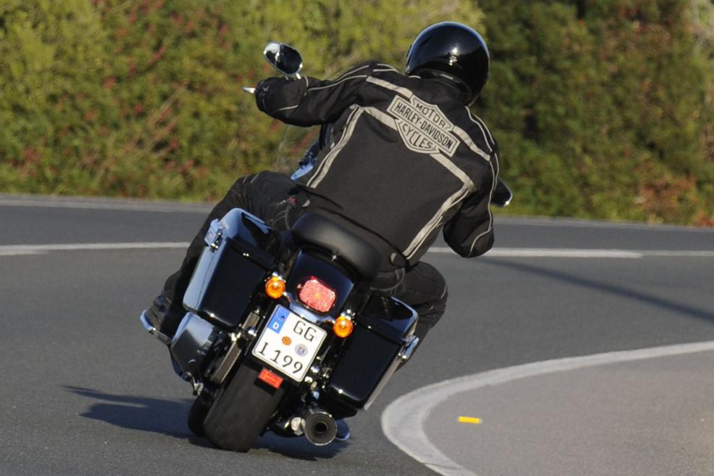 Die Kraftübertragung zum Hinterrad übernimmt wie gewohnt ein Zahnriemen, während das serienmäßige ABS beim Verzögern der leer immerhin 330 Kilo wiegenden Switchback hilft.