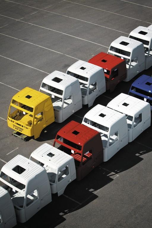 Die Lackiererei von Volvo Trucks in Umeå bietet Kunden mehr als 850 Farben zur Auswahl an.