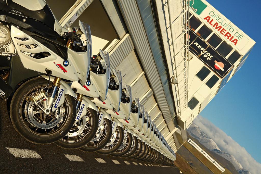 Die Rennstrecke im spanischen Almeria ist wieder Treffpunkt für das BMW Motorrad-Camp ab Ende Januar 2012.