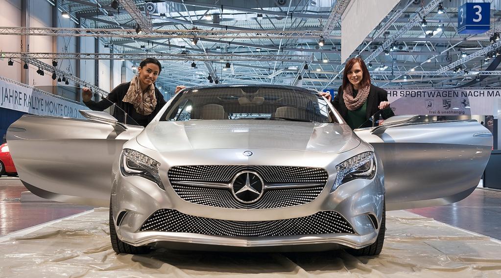 Die Studie Mercedes Concept A erinnert etwas an die IAA-Neuheit F125 und würde auch ohne die einsteigebereiten Jessica und Mina eine gute Figur machen.