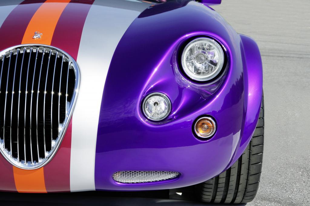Einer der letzten 18 Wiesmann Roadster MF3 zeigt Streifen in Lila, Rot, Orange und Silber.
