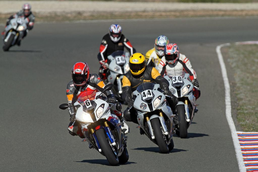 Erfahrene Instruktoren zeigen Neulingen und Fortgeschrittenen beim BMW Motorrad Camp in Almeria Ideallinie und Bremspunkte. Darüber hinaus können Sportfahrer die neue BMW S 1000 RR auch im freien Fahren auf Herz und Nieren testen.