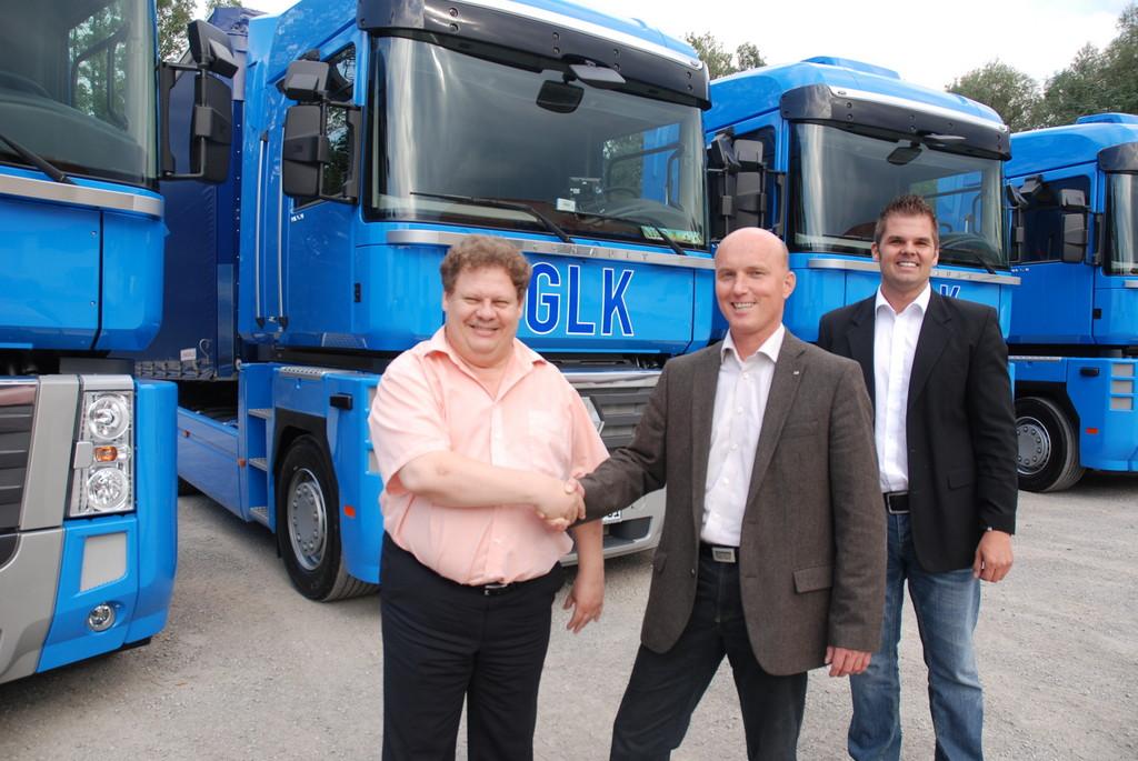 Horst Gaida (li.) nahm die neuen Fahrzeuge von Repräsentanten der Renault-Trucks Verkaufsniederlassung Südbayern entgegen.