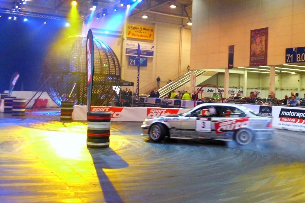 In einer zur Motorsportarena umgebauten Messehalle gehen Driftkünstler auf Rundkurs und lassen die Reifen qualmen.
