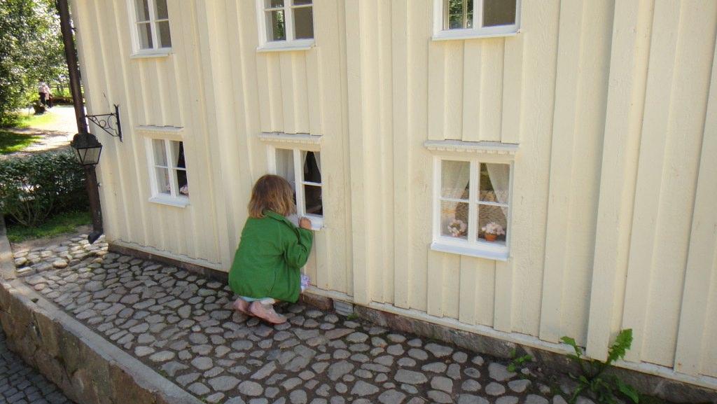 Karlsson auf dem Dach und Topf als Hut in Lönneberga