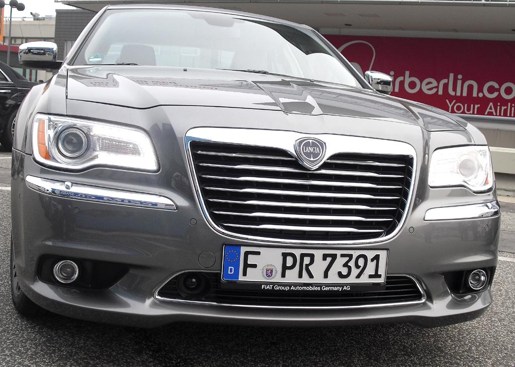 Lancia Thema: Blick auf die gegenüber dem Chrysler 300C weniger wuchtige Front.