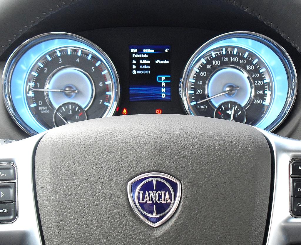 Lancia Thema: Blick durch den Lenkradkranz auf die Rundinstrumentierung.