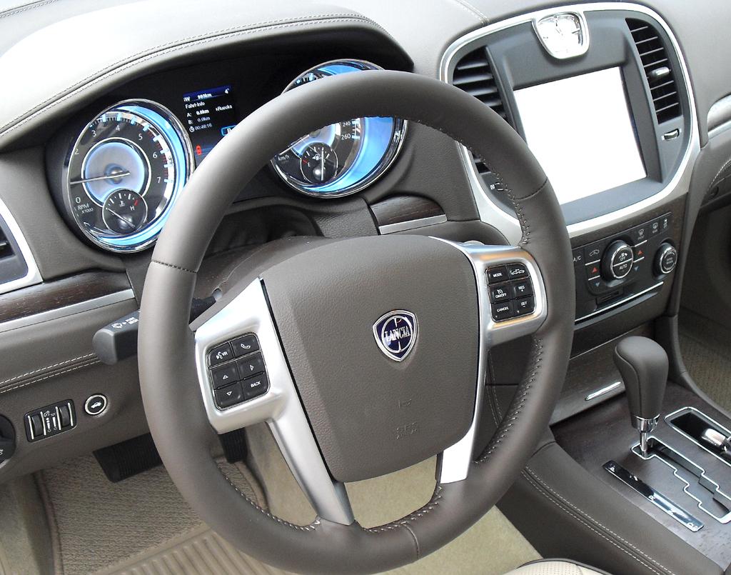 Lancia Thema: Blick ins recht übersichtliche Cockpit.
