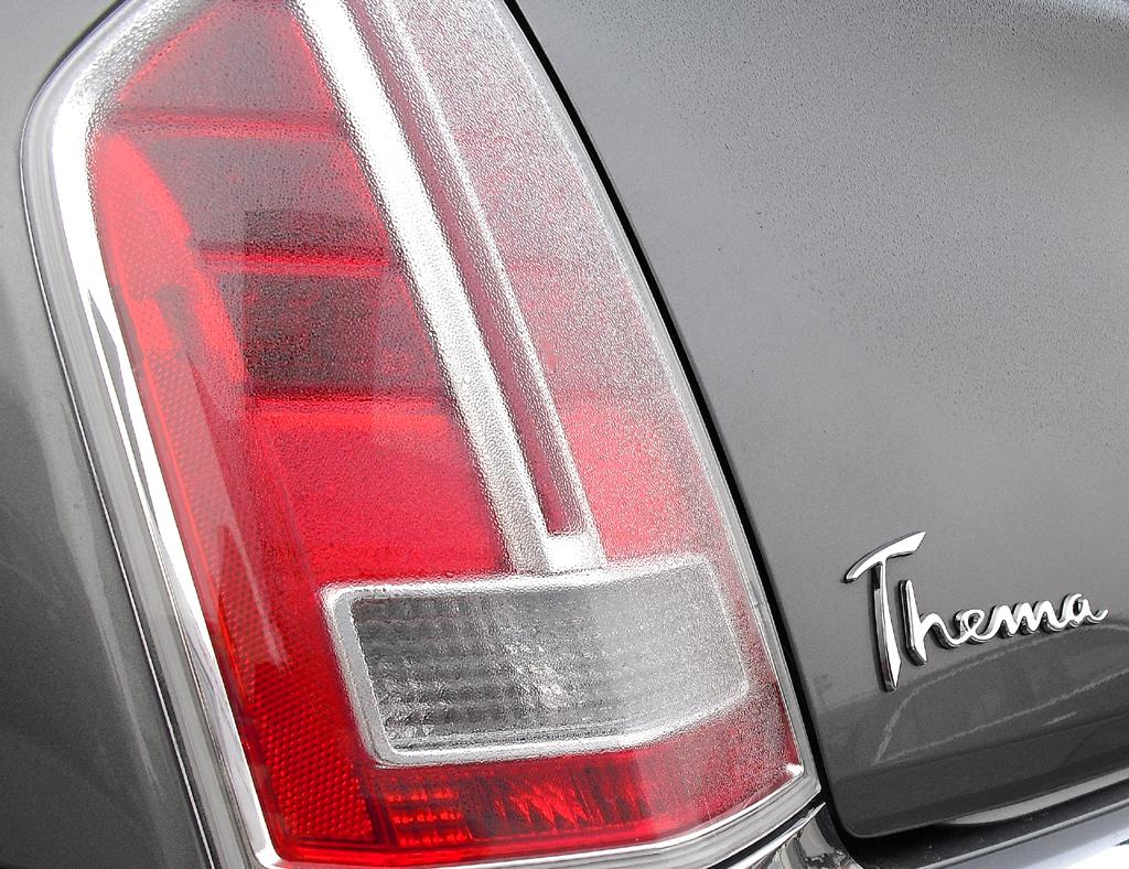 Lancia Thema: Hochformatige Leuchteinheit hinten mit Modellschriftzug.
