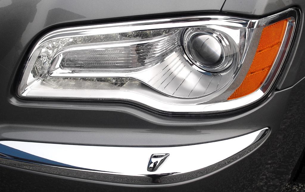 Lancia Thema: Moderne Leuchteinheit mit Bi-Xenon-Scheinwerfer und LED-Tagfahrlicht.