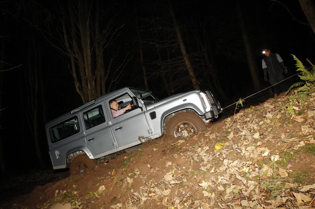 Land Rover Defender 2012: 30-Grad-Steigung im tiefen Schlamm mit Hilfe der Winde.