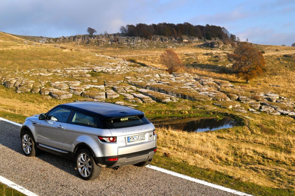 Lediglich auf langen Wellen hält der Abrollkomfort nicht ganz mit den großen Range Rover-Brüdern mit
