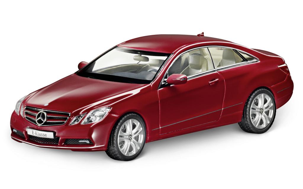 Mercedes-Benz Christmas Stars: E-Klasse Coupé C 207, detailgetreue Miniatur im Maßstab 1:43, verfügbar in drei Farben, von Schuco für Mercedes-Benz.