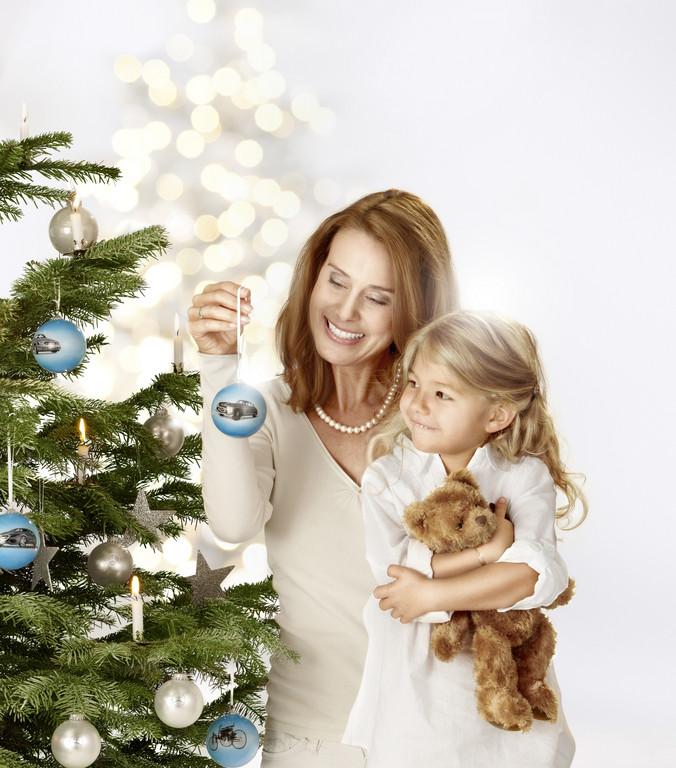 Mercedes-Benz Christmas Stars: Weihnachtskugeln 2011 aus Glas, Set mit 4 Kugeln, Motive: Patent-Motorwagen, 300SL, SLK R170 und F800, in Geschenkbox aus rotem Samt.