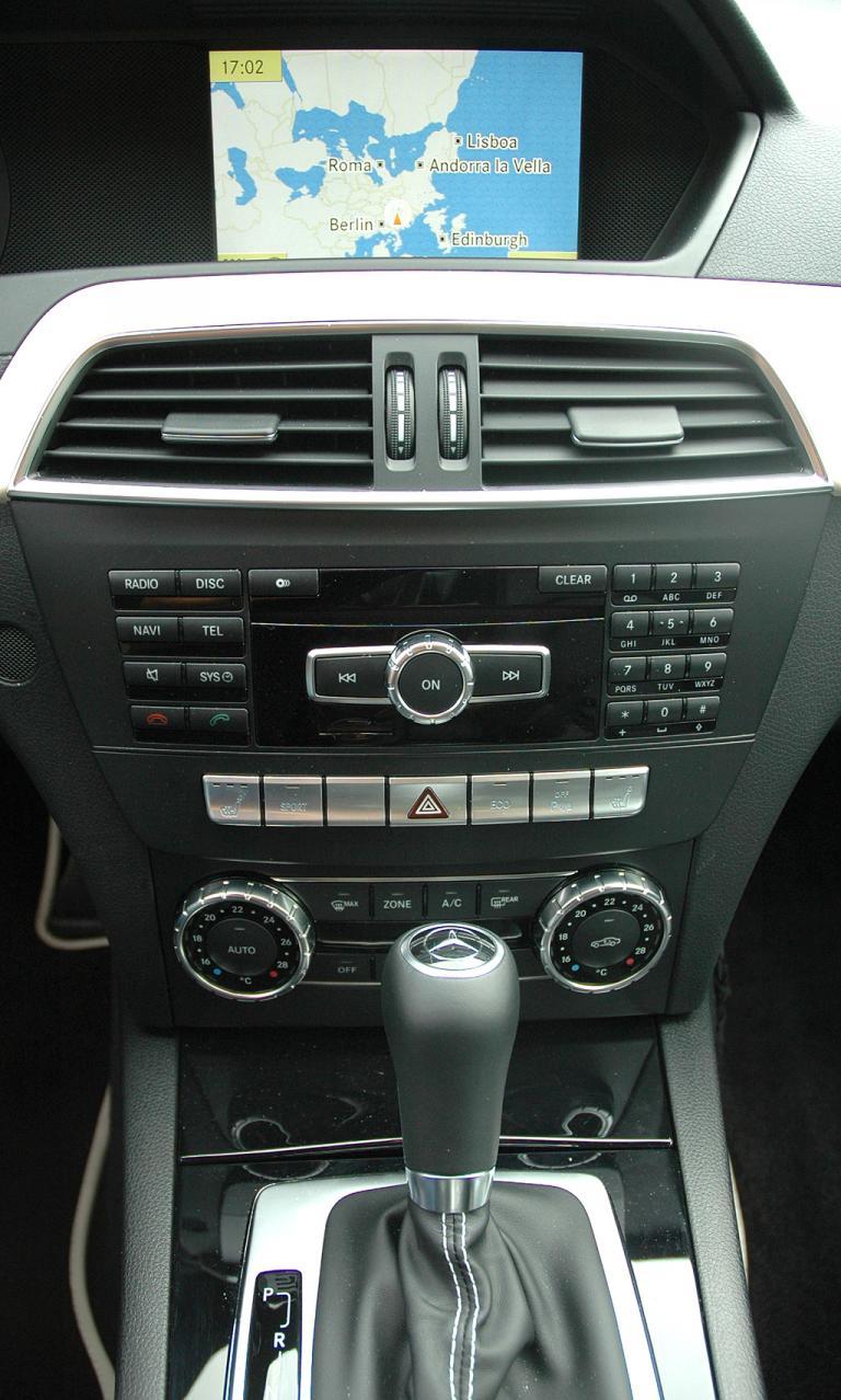 Mercedes C250 CDI Coupé: Blick auf den mittleren Armaturenträger.
