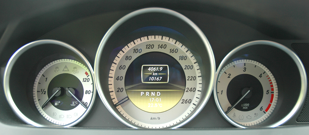 Mercedes C250 CDI Coupé: Blick durch den Lenkradkranz auf die Rundinstrumentierung.