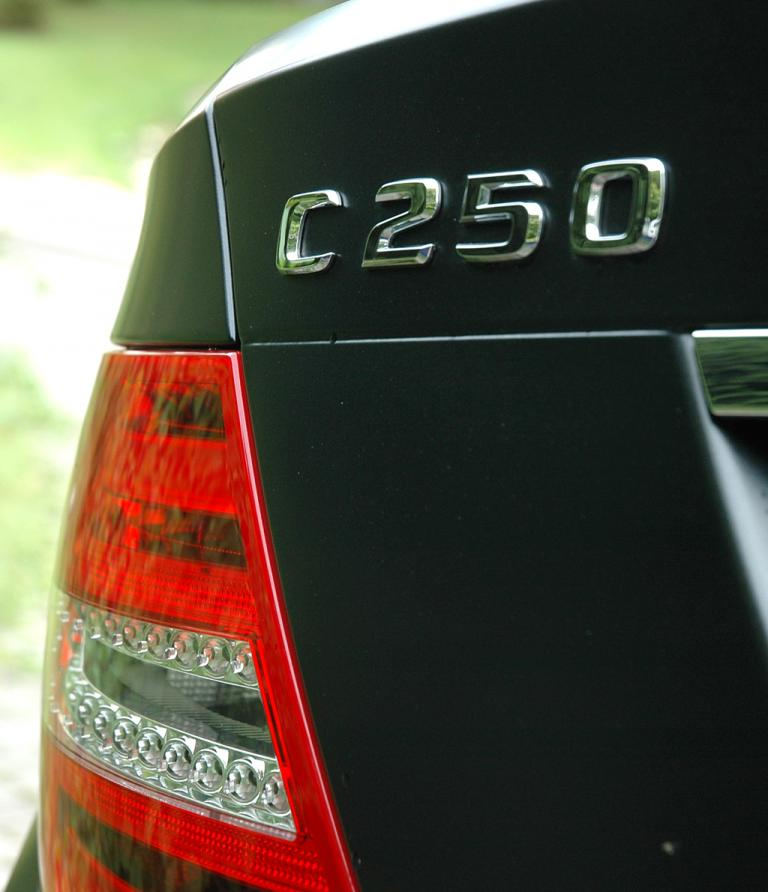 Mercedes C250 CDI Coupé: Moderne Leuchteinheit hinten mit Modellschriftzug.