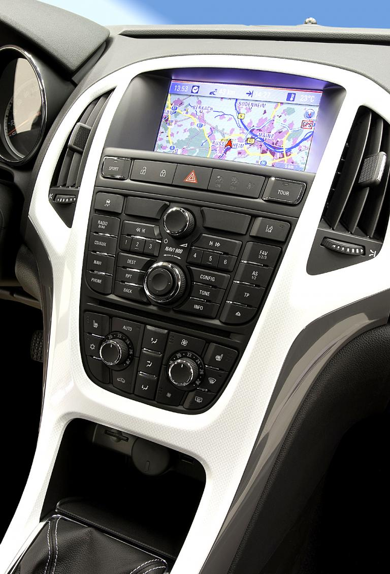 Opel Astra GTC: Blick auf den mittleren Armaturenträger.