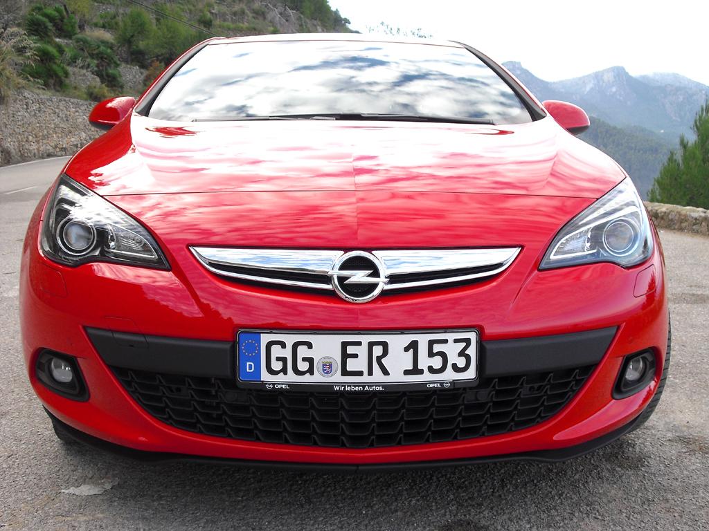 Opel Astra GTC: Blick auf die Frontpartie des sportlichen Fünfsitzers.