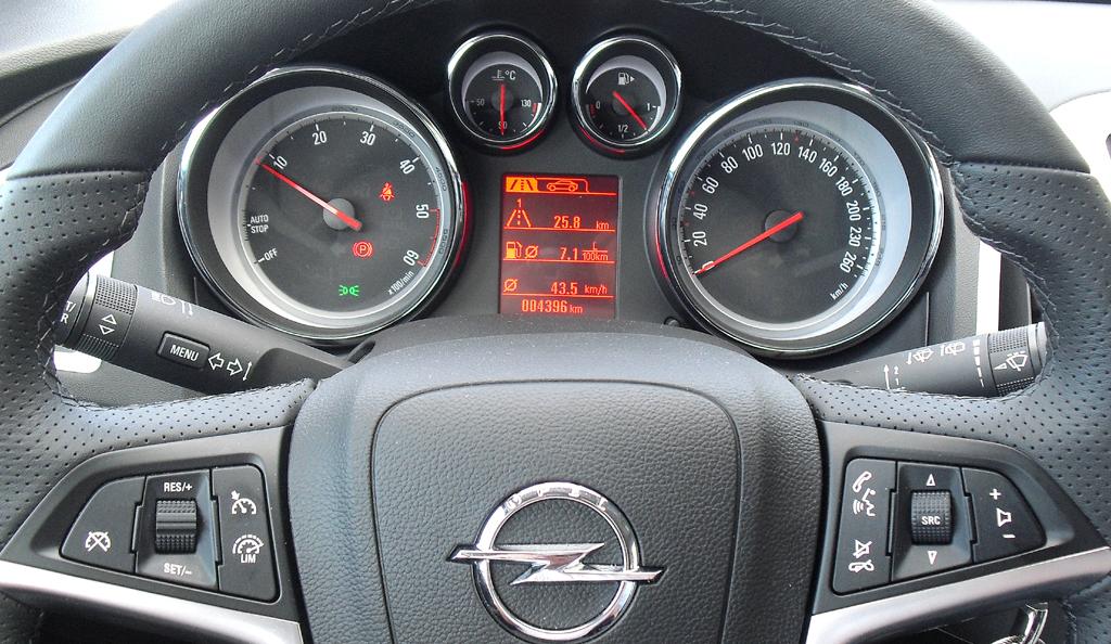 Opel Astra GTC: Blick durch den Lenkradkranz auf die Rundinstrumentierung.