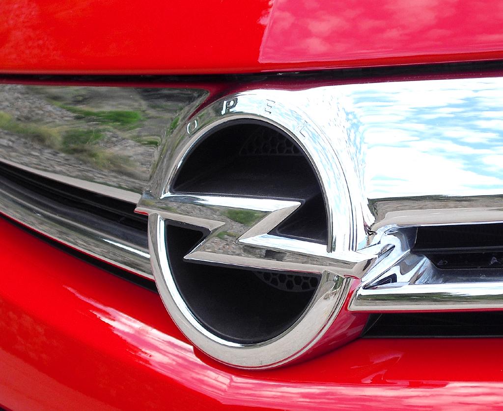 Opel Astra GTC: Das Markenlogo sitzt vorn in der kleinen Kühlergrill-Leiste.