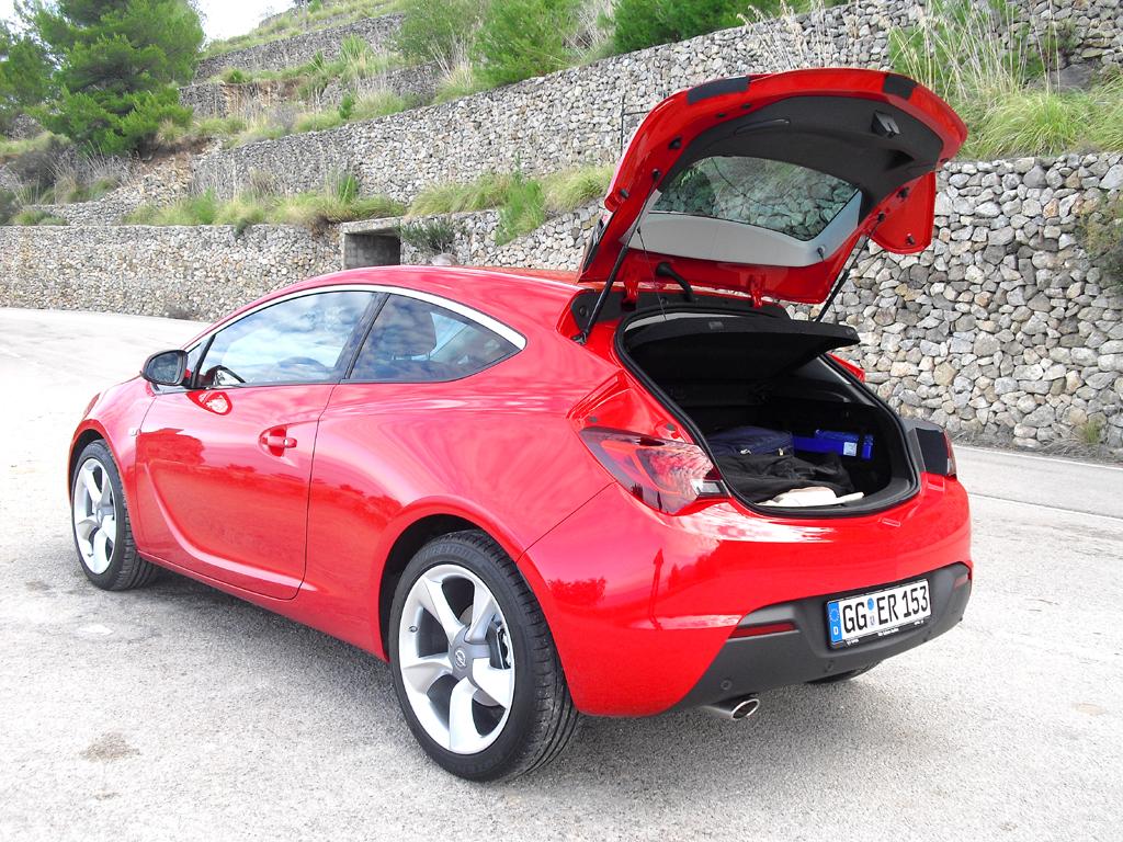 Opel Astra GTC: Ins Gepäckabteil passen noch 380 bis 1165 Liter hinein.