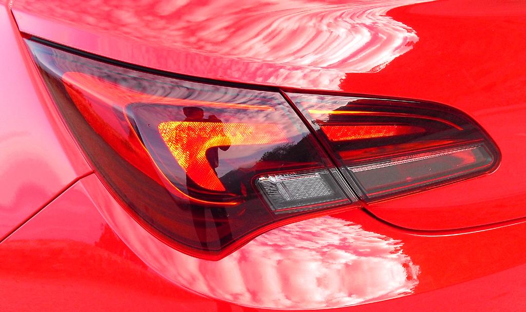Opel Astra GTC: Moderne Leuchteinheit hinten.