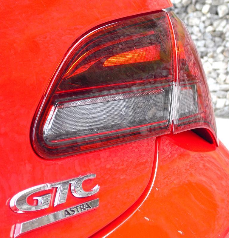 Opel Astra GTC: Moderne Leuchteinheit mit Modellschriftzug hinten.