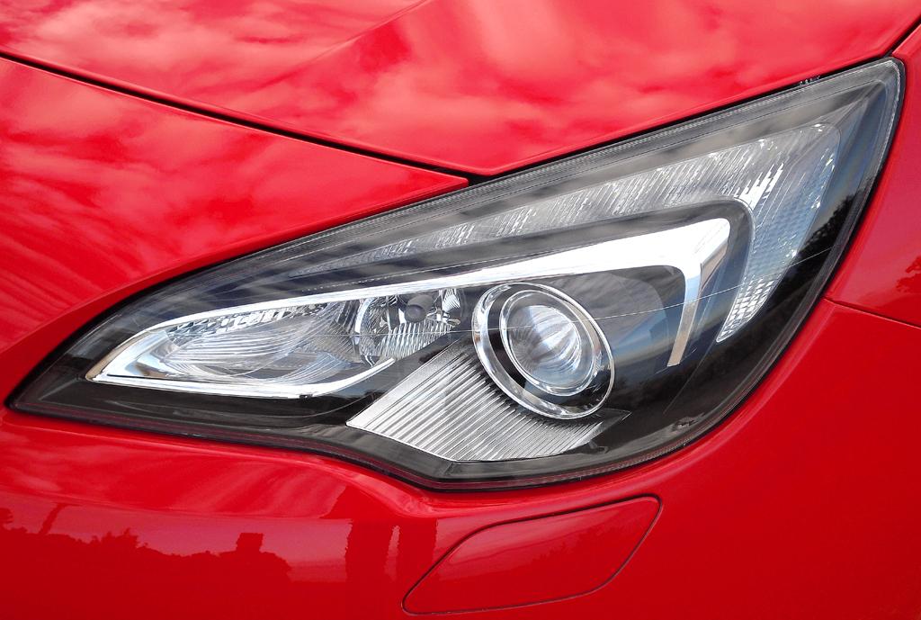 Opel Astra GTC: Moderne Leuchteinheit vorn.