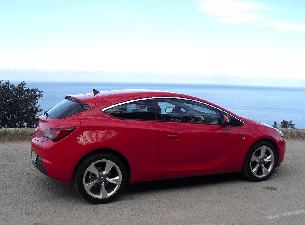 Opel Astra GTC: Und so sieht der formschöne Fünfsitzer von der Seite aus.