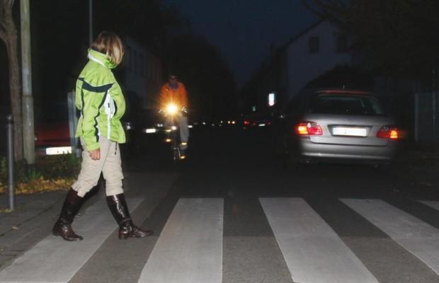 Ratgeber: Fußgänger in Herbst - Sicher trotz Dunkelheit