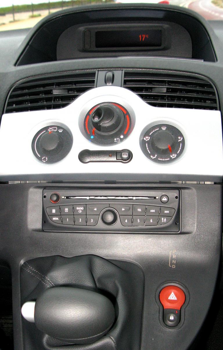 Renault Kangoo ZE: Blick auf den mittleren Armaturenträger.