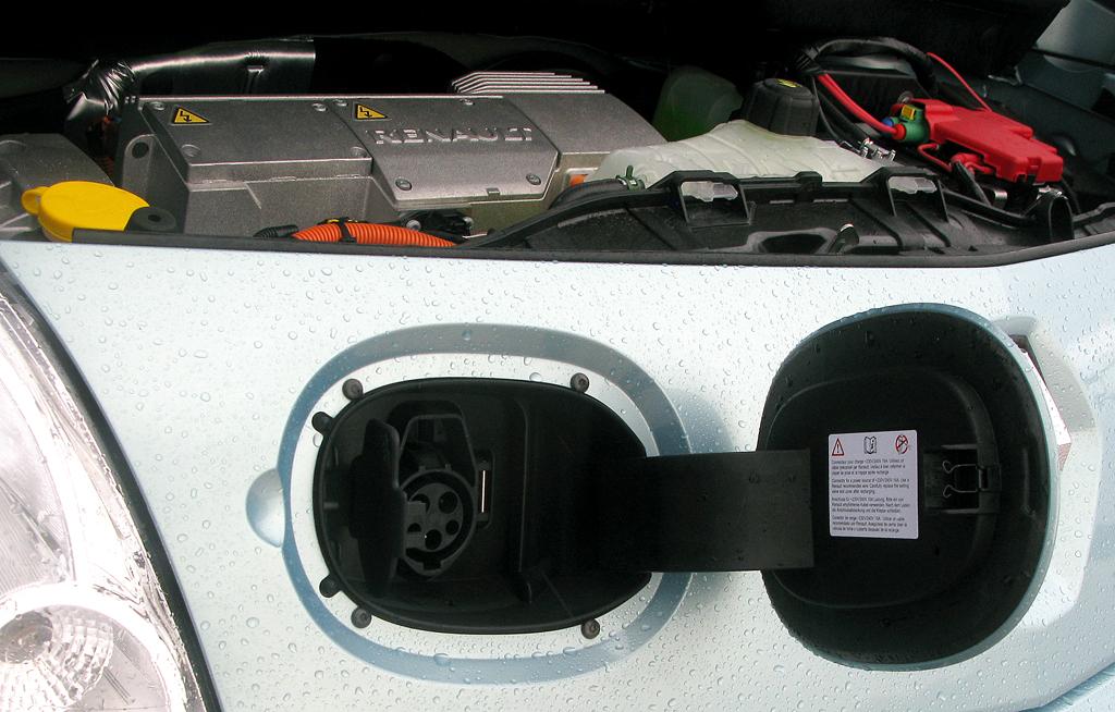 Renault Kangoo ZE: Elektroanschluss bei geöffneter Klappe.