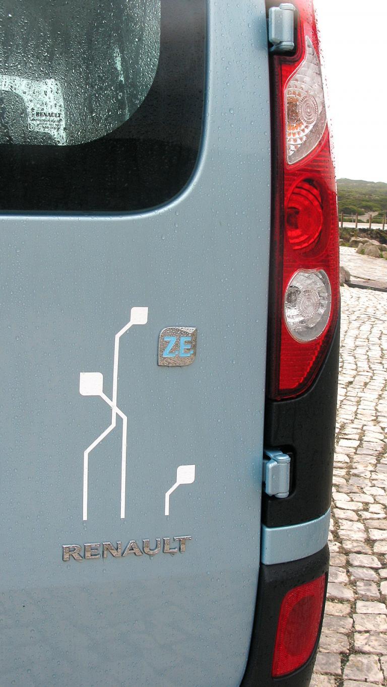 Renault Kangoo ZE: Verspielte Elektro-Darstellung neben der Rückleuchte.