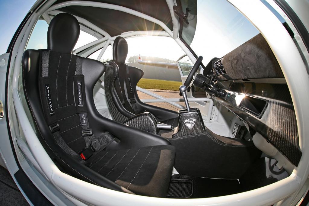 Schalensitze und Vierpunkt-Gurte sorgen für einen sicheren Sitz