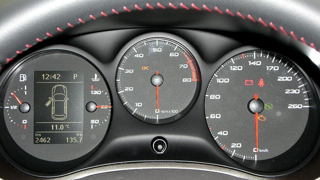 Seat León FR: Blick durch den Lenkradkranz auf die Rundinstrumentierung.