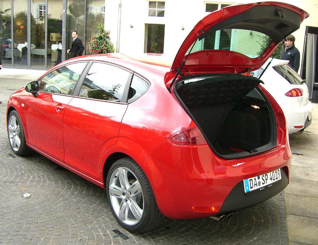 Seat León FR: Heckansicht bei geöffneter Kofferraumklappe.